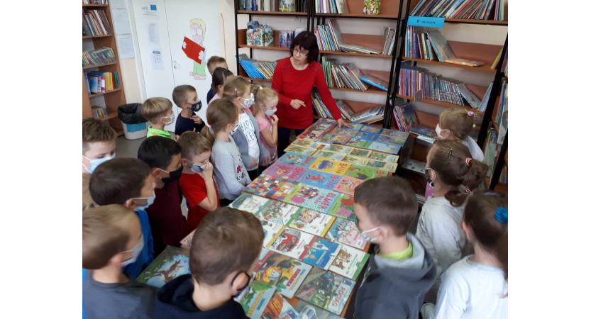 Pierwszaki w bibliotece szkolnej